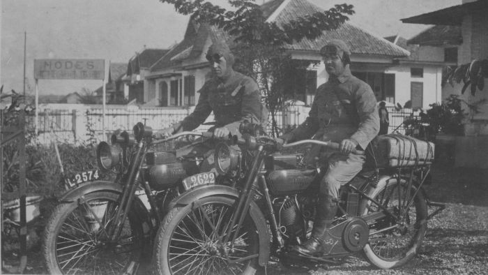 COLLECTIE_TROPENMUSEUM_Twee_Europese_mannen_op_motorfietsen_van_het_merk_Harley_Davidson_in_een_straat_op_Java_klaar_voor_vertrek_TMnr_60046131