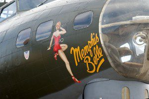 """Pin up-Bemalung auf der """"Memphis Belle"""""""