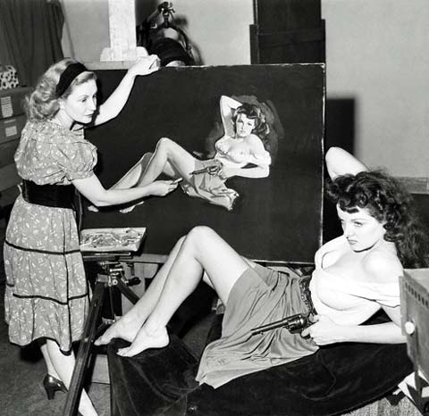 Zoe Mozert konzentriert bei ihrer Arbeit ein Pin Up Portrait der Schauspielerin Jane Russell zu malen (C)-dollhousebettie.com