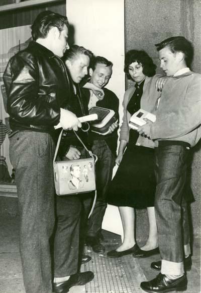 Jugendliche mit Kofferradio und James-Dean-Tasche