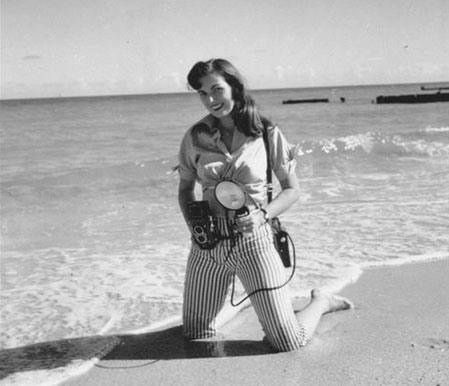 Bunny Yeager in den 50s bei einem Strand-Shooting-(C) pinterest.com