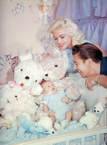 Jayne Mansfield und Mickey Hargitay mit Sohn Micklos-(C) Flickr.com