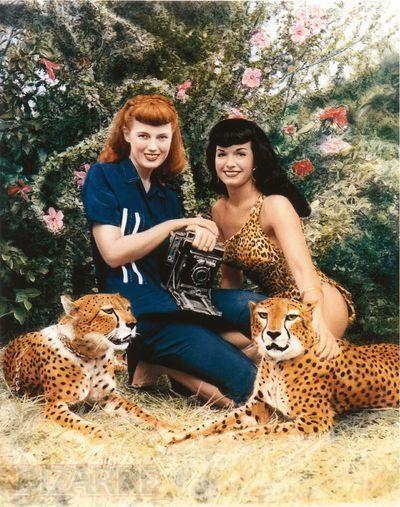 Bunny Yeager und Bettie Page bei einem Fotoshooting im Jahre 1954-(C) pinterest.com