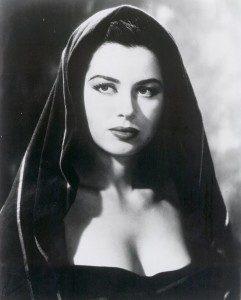 Auch mit ihrer dunklen Naturhaarfarbe machte die begabte Schauspielerin Karriere-(C) pinterest.com