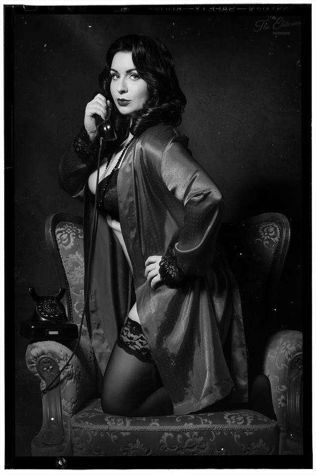 """Das Vintage Pin Up Girl """"Miss Velvet Ivory"""" setzt ihre weiblichen Reize gekonnt in Szene-(C) The Elderwood Photography"""