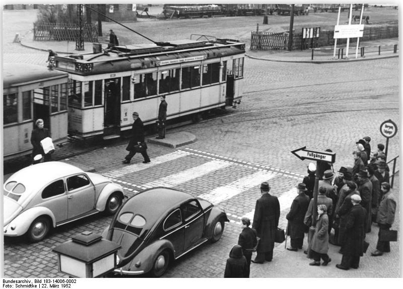 Der Käfer bestimmte das Straßenbild in den 50er Jahren / wikimedia.com