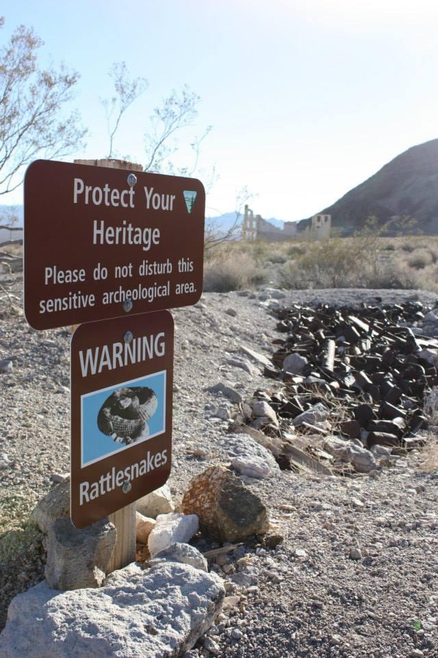 Rhyolite: Warnschild Klapperschlangen