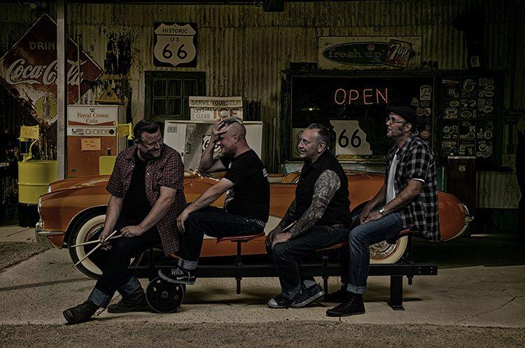 Heavy Teddys auf Bank in Garage