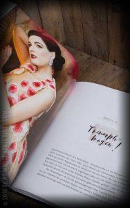 Dita von Teese Buch aufgeschlagen