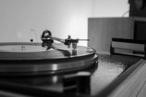 Kofferradio, Plattenspieler und Musiktruhe – die 50er Jahre und das Musikhören