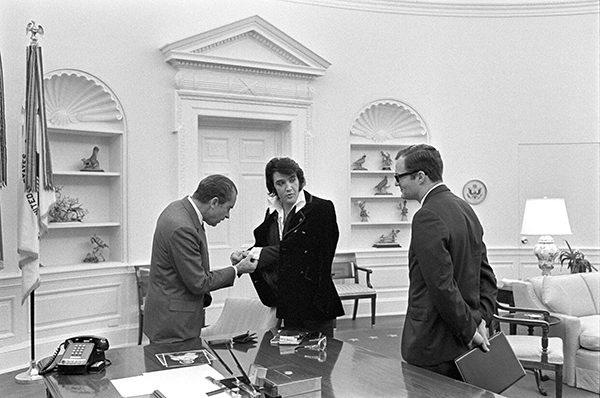 Nixon untersucht Elvis' Manschettenknöpfe.