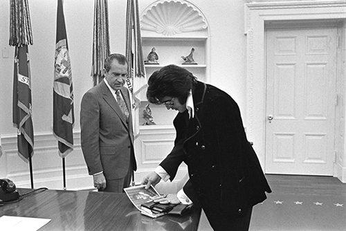 Elvis zeigt Nixon Bilder