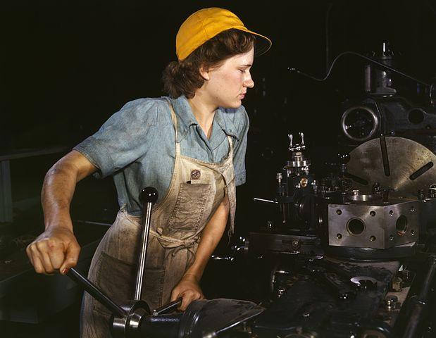 Frau in Fabrik